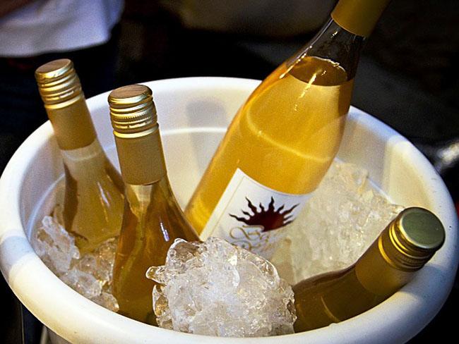 Uống rượu vang trắng là một trải nghiệm phong phú và đầy hương vị. Các loại rượu vang trắng khác nhau có đặc điểm