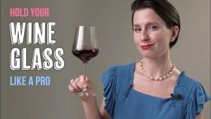 Ly rượu vang thiết kế có một bầu ly rộng, thân ly dài thẳng đứng và chân ly hình tròn giúp ly đứng vững trên mặt phẳng