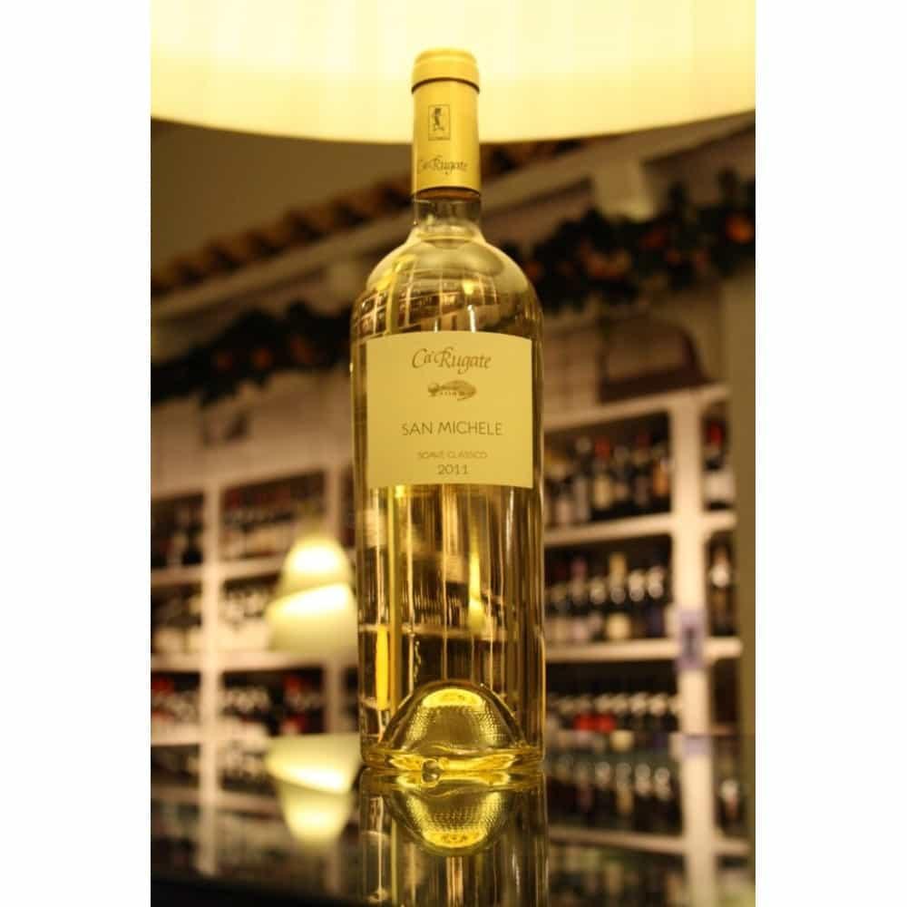 RƯỢU VANG Ý CARUGATE SAN MICHELE SOAVE CLASSICO được sản xuất tại khu vực Monteforte d'Alpone trong Soave Classico, từ một vườn nho