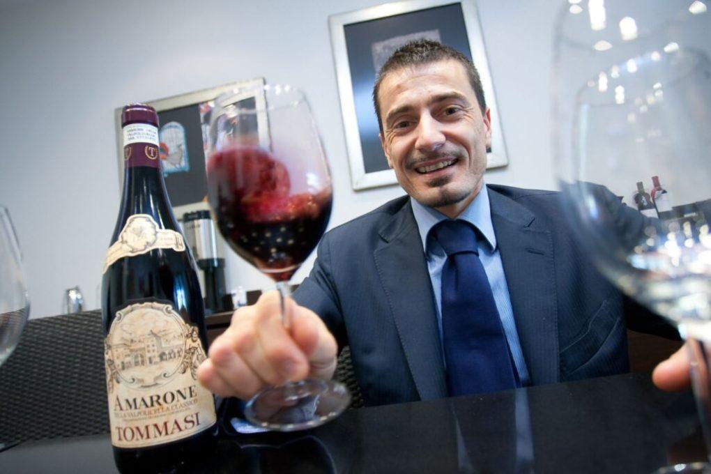 Rượu Vang Ý AMARONE VALPOLICELLA Blend có màu đỏ ruby rất đậm, trên mũi chúng để lộ mùi hương mãnh liệt và sạch sẽ của anh đào