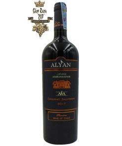 Rượu Vang Đỏ Chile Alyan Carménère 2017 có màu sắc đậm và sâu. với hương thơm của các loại gia vị, ớt bột chiên, quả chín, cà phê và sô cô la