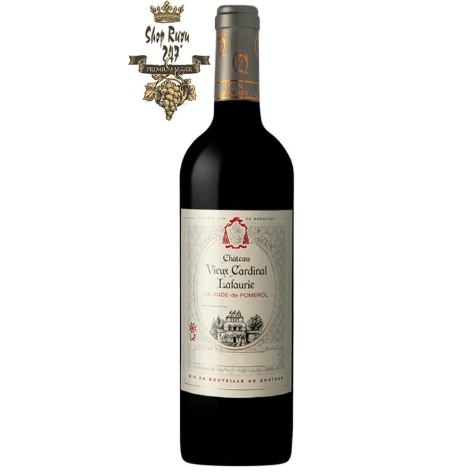 Vang Pháp Château Vieux Cardinal Lafaurie Lalande-de-Pomerol 2013 có màu đỏ đậm ánh tím cuốn hút và quyền lực. Là một loại rượu rất thanh lịch