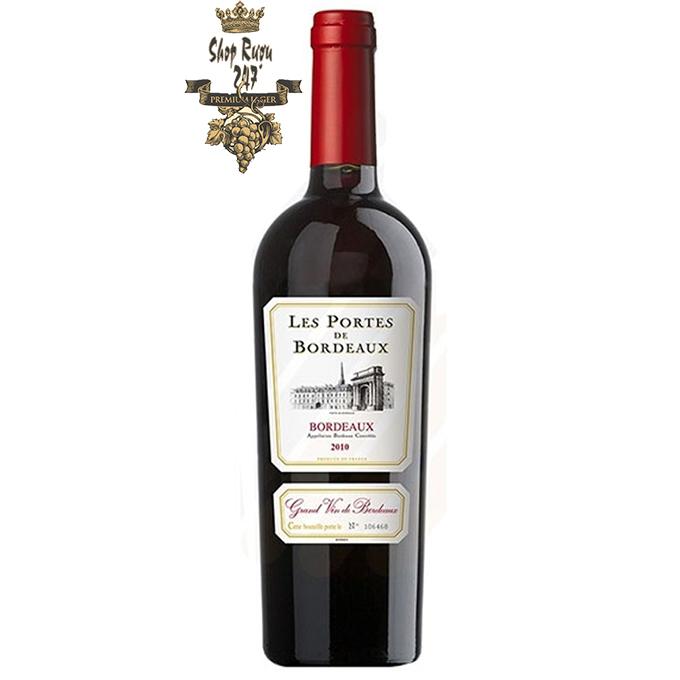 Rượu Vang Pháp Les Portes de Bordeaux 2016 có màu đỏ tím đậm, hương thơm nồng nàn rừa blackberry và hoa violet tạo cảm giác vô cùng dễ chịu