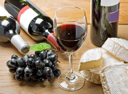 Ngoài việc rượu vang mát hơn sẽ dễ chịu hơn trong thời tiết nóng, nhiệt độ mát mẻ có thể nâng cao một số loại rượu vang đỏ theo một số cách