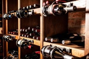 Một số người có thể nói rằng cần phải đặt rượu nằm nghiêng để tiếp xúc với nút chai, trong khi những người khác tin rằng