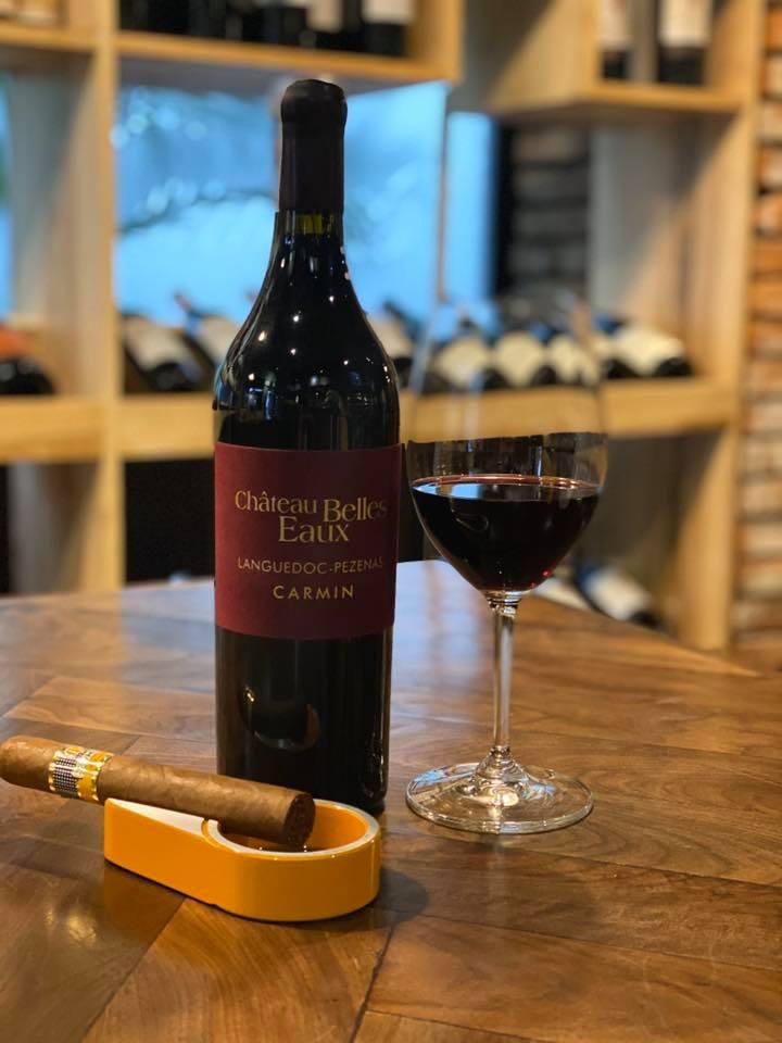 Rượu Vang Carmin Chateau Belles Eaux được làm từ các giống nho Syrah và Mourvedre sau khi chọn lọc kỹ lưỡng được làm lạnh và ép