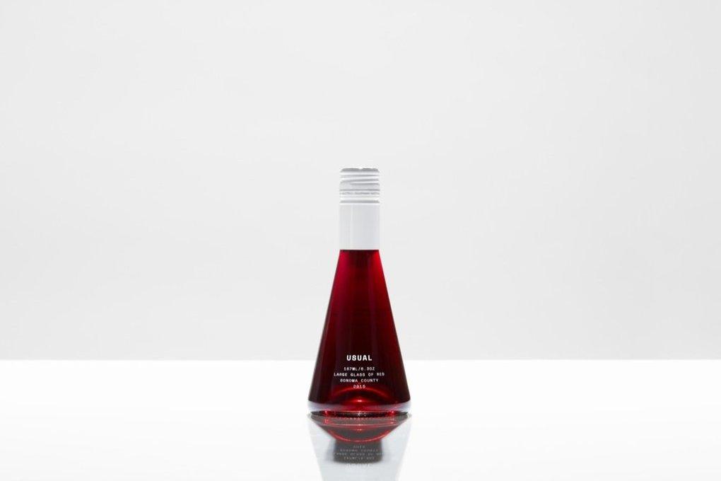 Khi lên men rượu vang đỏ, các nhà sản xuất rượu vang để nguyên vỏ nho đỏ - điều này làm cho rượu vang đỏ có màu hồng ngọc