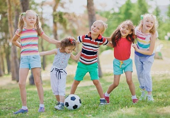 счастливые дети на природе