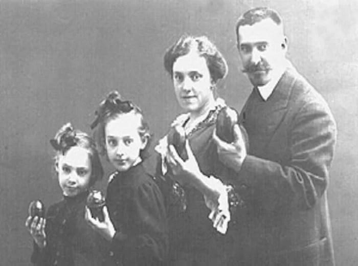 Леонид Карлович Бекман с женой и дочерьми.