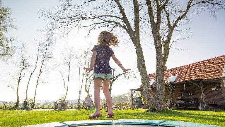 trampolin i græsplæne trampolin til nedgravning trampolin uden ben