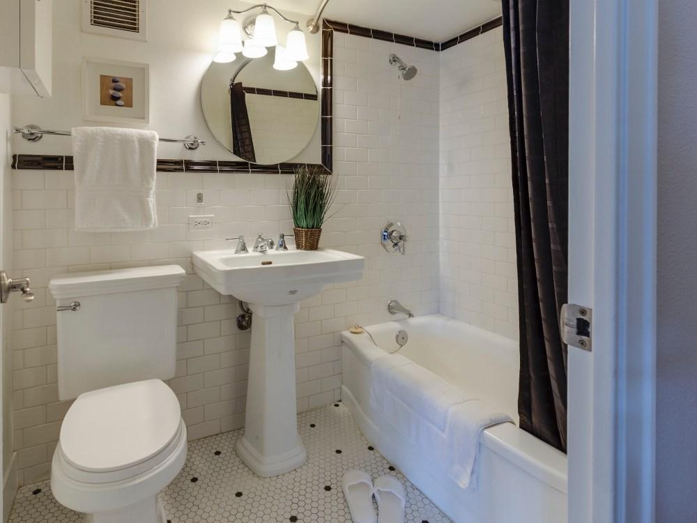 bathroom accessories and shower curtain francesca-tosolini-FX1EbT-jKBQ-unsplash