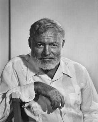 Ernst Hemingway in una fotografia del 1957