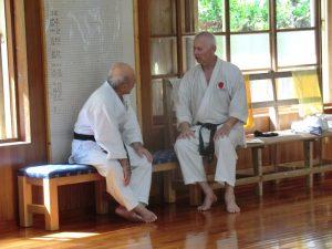 Michael im Gespräche mit Sensei Zenpo Shimabukuro in Okinawa