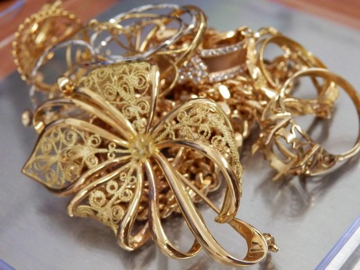 金の指輪、ブローチ、ネックレス