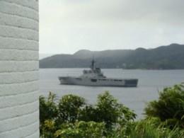 瀬戸崎灯台と海に浮かんだ軍艦