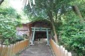 300段ほどある階段を上り神社入り口へ。階段きつい。
