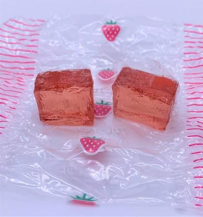 金城ミックスゼリー断面。いちごゼリー。japanese-nostalgia-snacks-kinjo-mix-jelly
