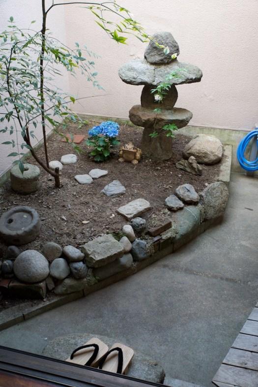 裏庭は狭いです。灯篭のそばにあじさいを植えてみました。手前は南天です。二つの間の飛び石を踏んで奥に入っていくことができます。