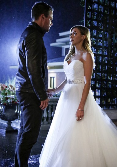"""Arrow -- """"Invasion!"""" -- Image AR508a_0272b.jpg -- Pictured (L-R): Stephen Amell as Oliver Queen and Katie Cassidy as Laurel Lance -- Photo: Bettina Strauss/The CW -- © 2016 The CW Network, LLC. All Rights Reserved."""