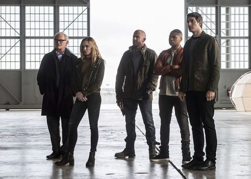 """The Flash -- """"Invasion!"""" -- Image FLA308b_0134b.jpg -- Pictured (L-R): Victor Garber as Professor Martin Stein, Caity Lotz as Sara Lance/White Canary, Dominic Purcell as Mick Rory/Heat Wave, Franz Drameh as Jefferson """"Jax"""" Jackson and Brandon Routh as Ray Palmer/Atom -- Photo: Dean Buscher/The CW -- © 2016 The CW Network, LLC. All rights reserved."""