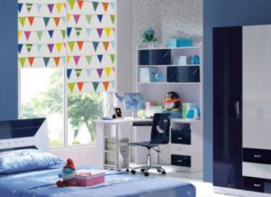 Разноцветные шторы ребенок