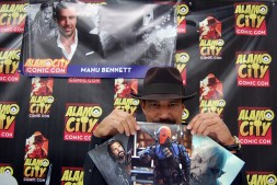 """""""The Hobbit"""" actor Manu Bennett holds up three of his autograph photos for the camera. Photo by ChinLin Pan"""