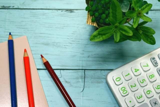 家計やビジネスでお金や数字を扱うイメージ