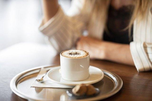 喫茶店でコーヒーを飲む女性