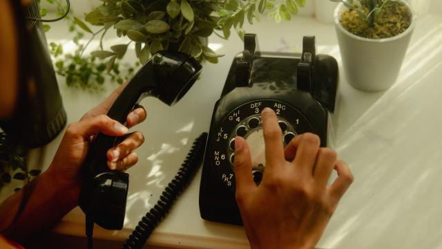 電話をかける手