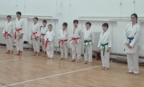 practicantii de cursuri karate pentru copii la finalul antrenamentului