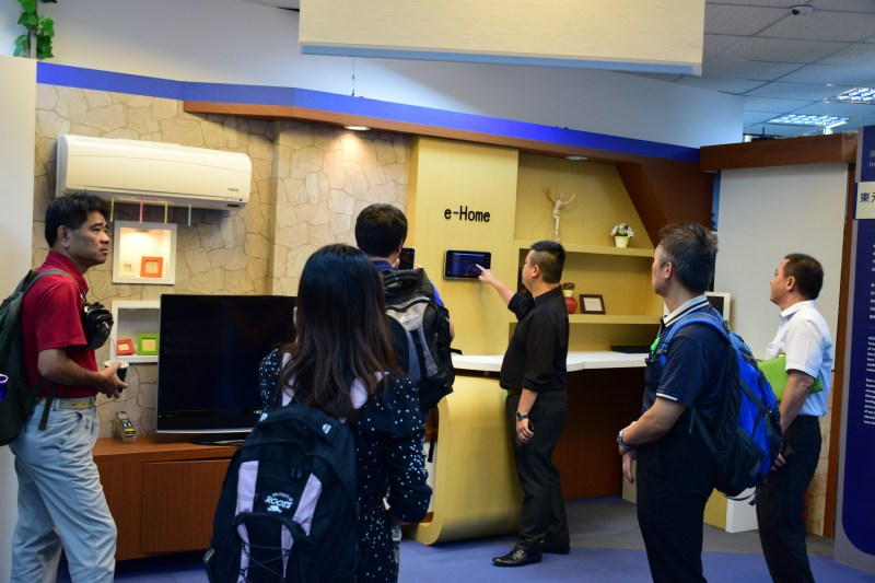 除了智能化工廠,雲端計算及物聯網技術也可應用來打造智慧住家。圖為東元工業4.0展覽工作人員示範使用智慧大樓系統。 攝影/林捷倫
