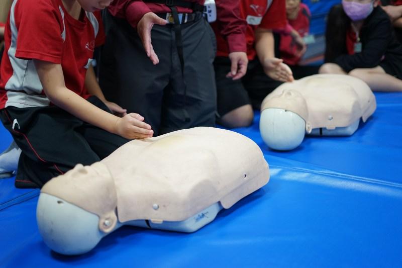 多數國小學童不懂CPR救急操作,透過這次消防體驗瞭解急救方式。攝影/王巧文