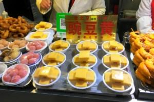 王府井小吃街の碗豆黄の屋台