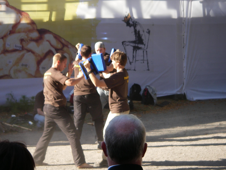 Erik demonstrerar slag med öppen hand tillsammans med Astrid.
