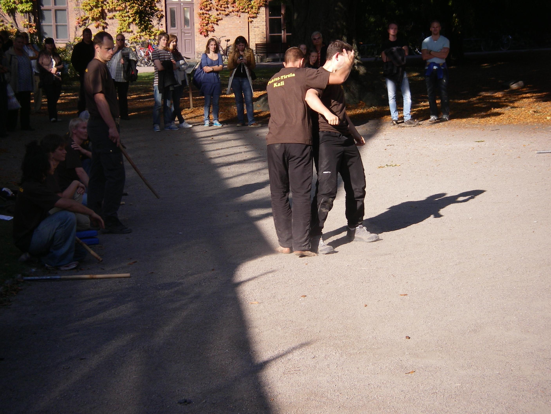 """Erik demonstrerar """"Lämna mig ifred"""" principen med Joakim"""