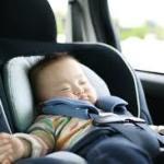 人気のチャイルドシートで新生児の赤ちゃんもニッコリ!?ぐずったときにも、おすすめのおもちゃで快適に!?