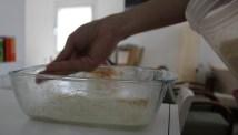 מצפים את התבנית המשומנת בפירורי לחם, מה שיעזור לקראנצ'יות של המנה