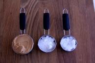 שמן קוקוס, אבקת סוכר וחמאת בוטנים. זה הכול