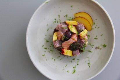 סביצ'ה טונה אדומה, סלמון, ענבים אדומים, נקטרינה, ליים וסריראצ'ה