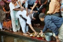Milan Babashri offers sweets to Yamunaji