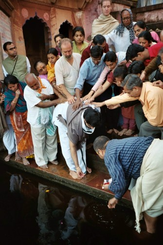 Shyamdas and the other Vaishnavas from Mumbai apply their hands as Babashri offers rice etc. to Yamunaji