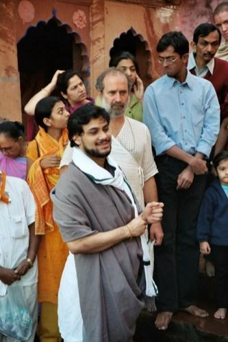 Shyamdas looks on intently, Milan Babashri smiles, the Vaishnavas await