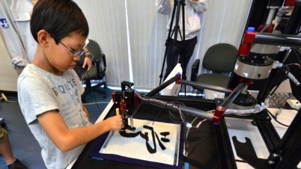 art de la calligraphie robot enfants apprentissage