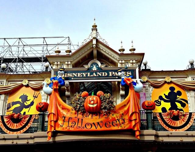 Halloween decor at Disneyland Paris