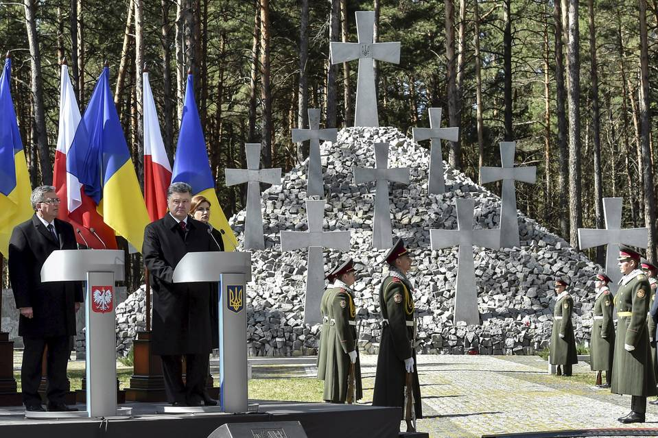 Polish President Bronislaw Komorowski, far left, and Ukraine's President Petro Poroshenko visit the 'Bykivnia Graves,' commemorating victims of Soviet-era repression, near Kiev on Thursday.