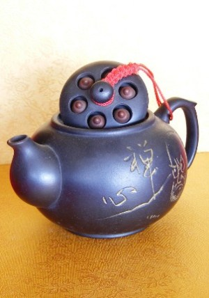 Ton-Teekanne im chinesischen Yixing-Stil mit eingearbeitetem Motiv.