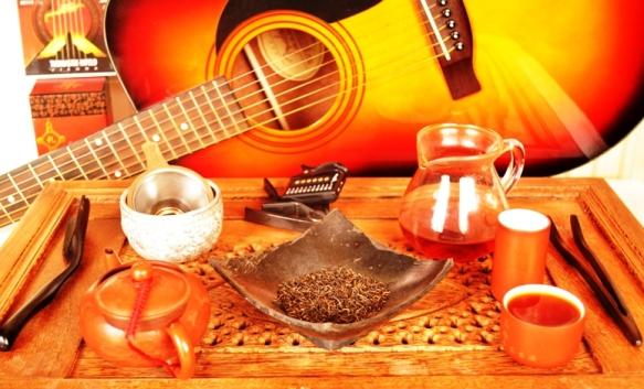 Handgemachte Musik und Lapsang Jin Jun Mei Schwarzer Tee