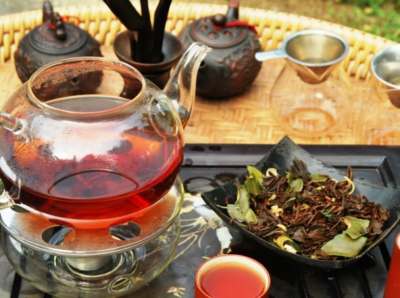 Fertig zurbereitete Siam Blend Thai-Teemischung und nasses Blattmaterial