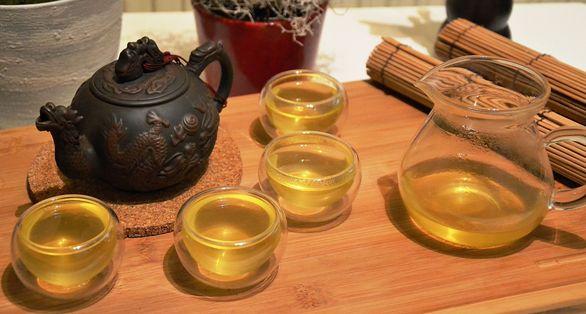 Japanischer Sencha Grüner Tee in doppelwandigen Glas-Teebechern