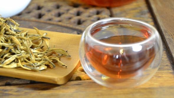 Yunnan Golden Tips -Dian Hong Cha Schwarzer Tee aus Yunnan: reine Knospen